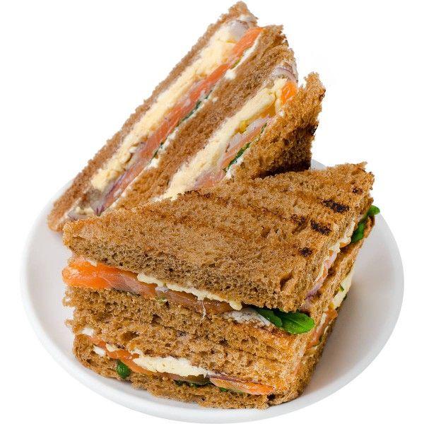 Сэндвич из темного тостового хлеба со слабосоленым лососем