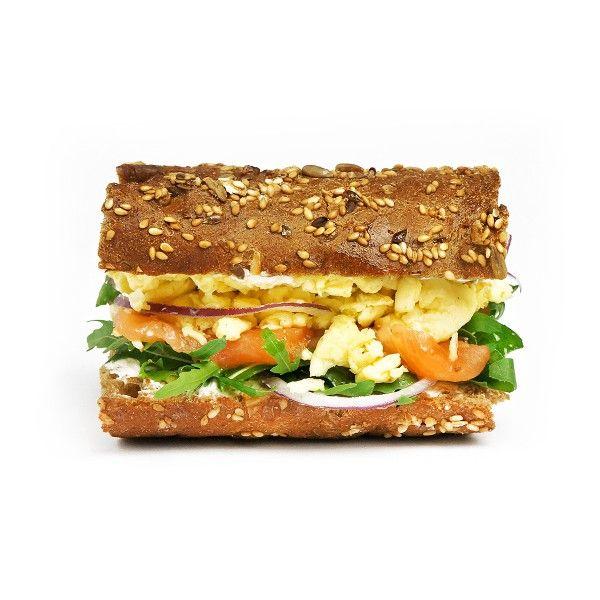 Темный сэндвич с лососем