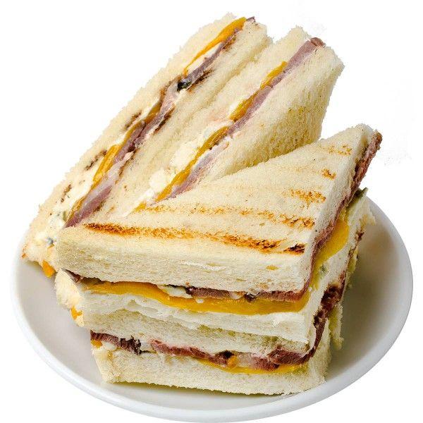 Сэндвич из белого тостового хлеба с запечённым утиным филе