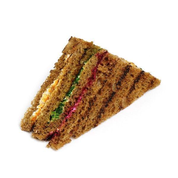 Сендвич на темном тостовом хлебе