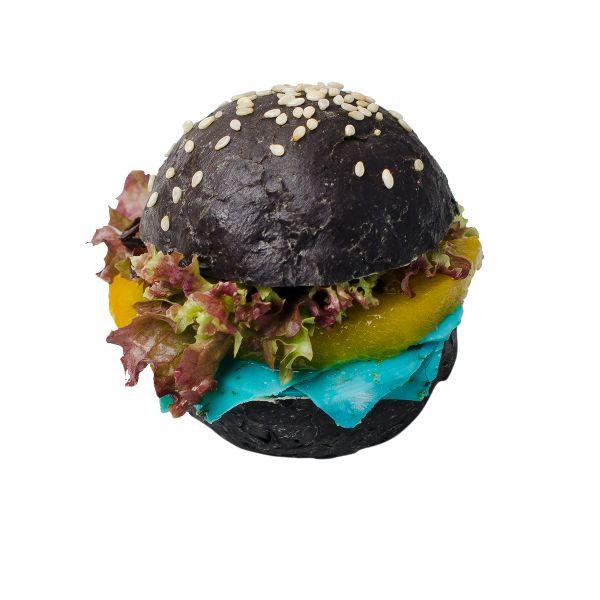 Чёрный бургер с голубым козьим сыром с лавандой
