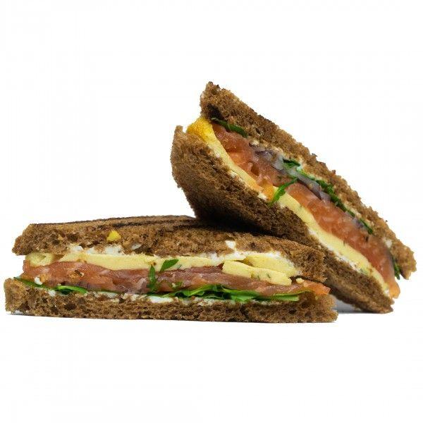 Cэндвич с лососем, омлетом, каперсами и рукколой
