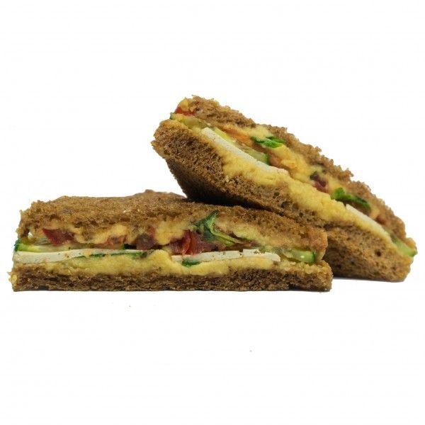 Вегетарианский сэндвич с хумусом и тофу, овощами и мятой