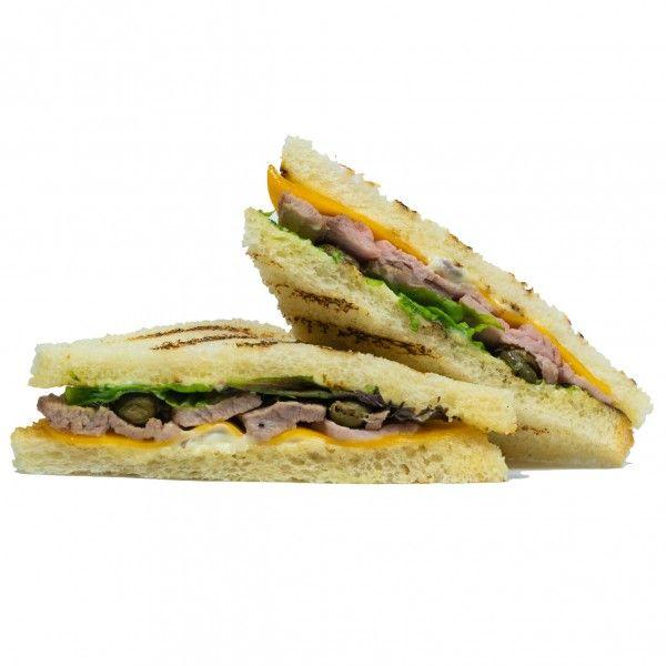 Сэндвич с сочным ростбифом, сыром чеддер, каперсами и микс салата