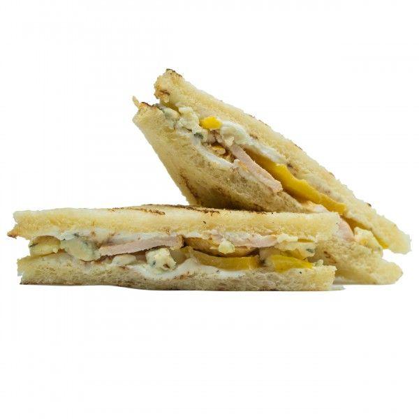 Сэндвич с курицей, персиком и сыром дор блю