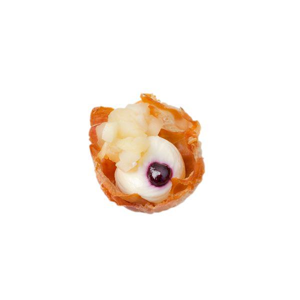 Корзинка из хрустящей запеченной пармской ветчины с крем-сыром и яблочным чатни