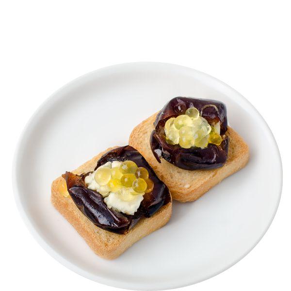 Мини тост с фиником, Дор Блю и медовой икрой
